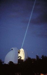 The Harlan-J.-Smith telescope (USA) is used to point a laser at a mirror on the moon, these experiments can measure the distance between the moon and the Earth | Image: McDonald Observatory / Wikimedia